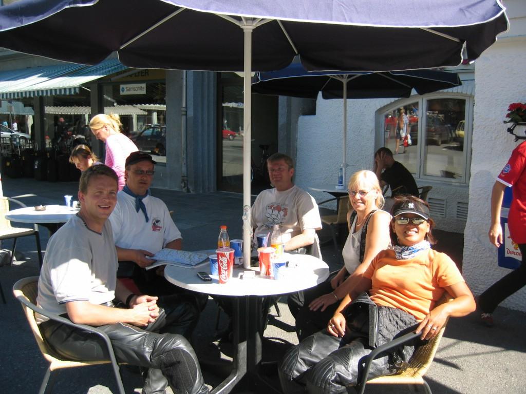 Til høyre i bildet med rød T-skjorte (på vei ut av bildet) skimtes forøvrig Prins Joachim af Danmark.forbipasserende, og ikke turdeltakere fra Lier Motorsykkelklubb....