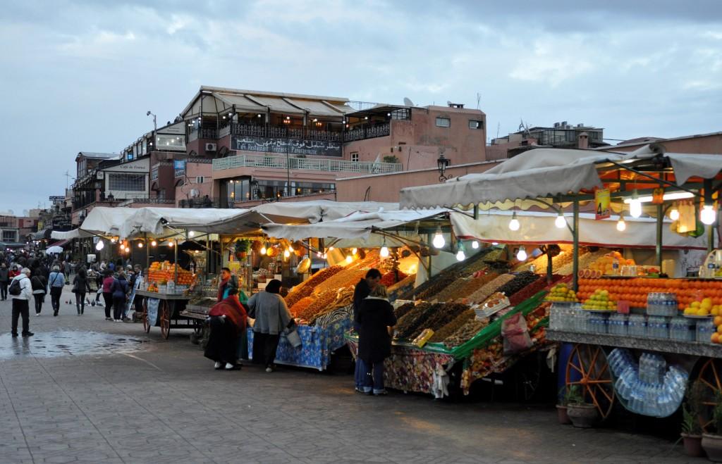 """Souken eller torget, """"Djemaa el Fna"""" i Marrakech, er det største i Marokko, og skal visstnok være det travleste i Afrika. Over alt er det boder og noen som skal selge deg klær, smykker, appelsinjuice, mat, keramikk, gebiss, krydder, eller hva det nå skal være."""