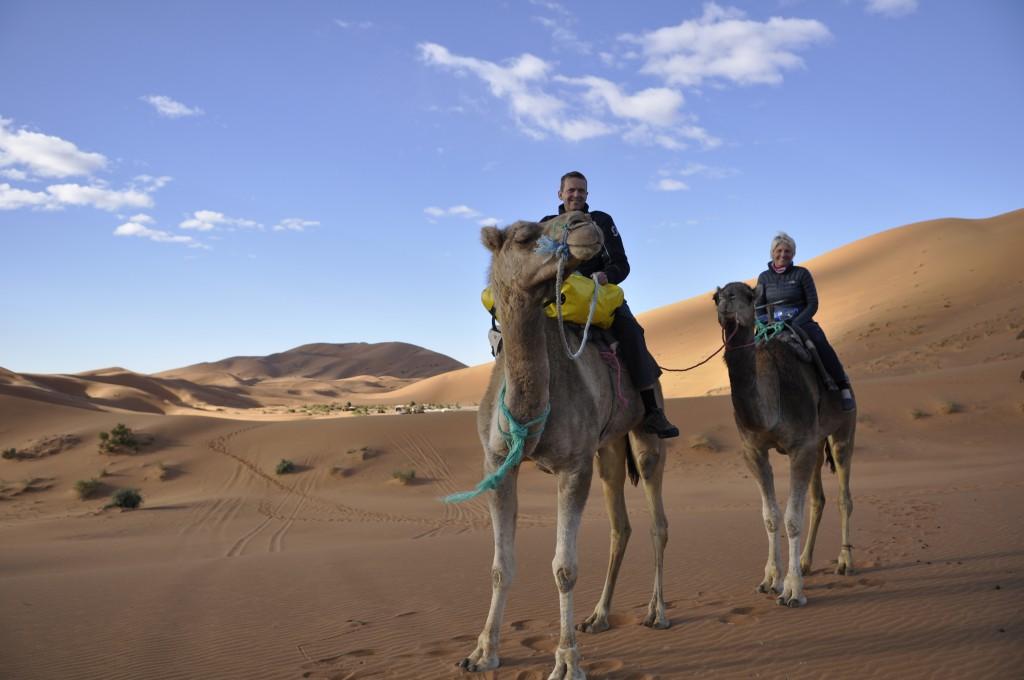 Vi overnatter i telt i ørkenen, etter 1,5 time på kamelryggen. Vår unge kamelfører mener Annette er verd 100 Kameler.