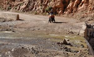 Vi krysser elven, som har tatt med seg veien. Jeg overtaler Annette til å kjøre over. Det går bra, og hun er veldig stolt, helt til hun kommer på at hun må over samme området på veien tilbake.