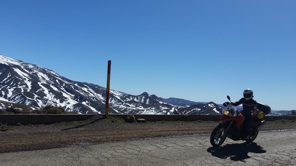 Vi kjører over Atlas og passet Col de Tichka igjen. Det har kommet mye snø siden vi kjørte over, og langs veien ligger snø.