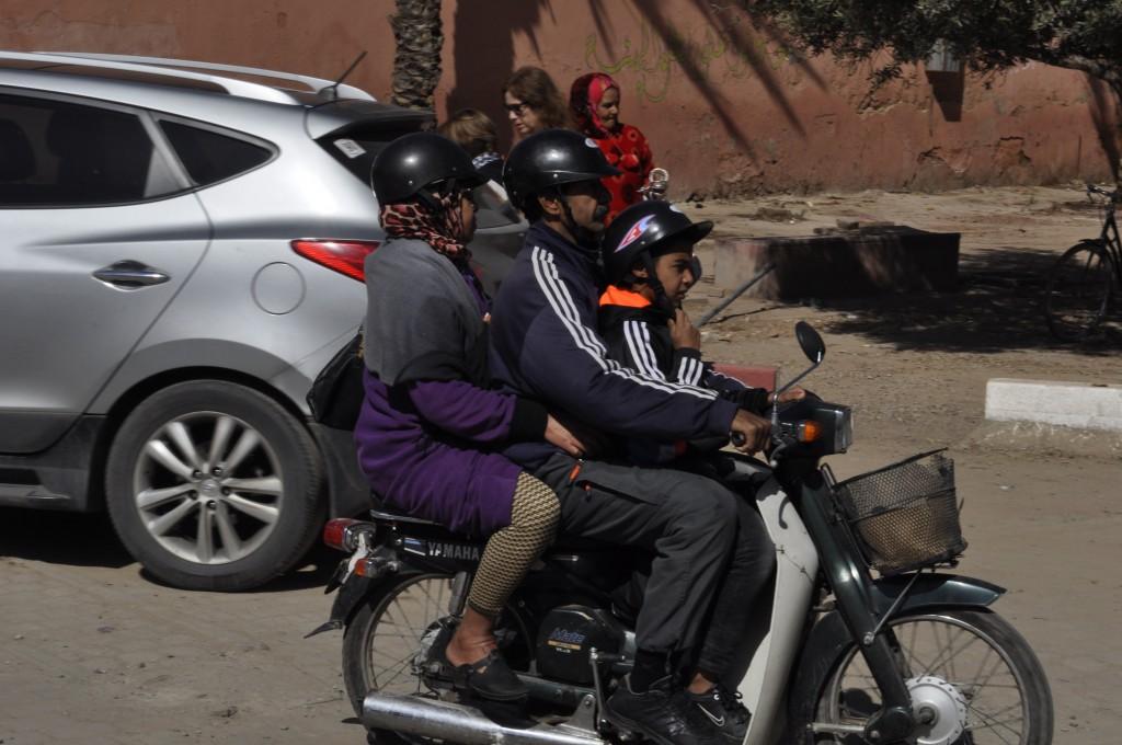 Marokkansk familie på tur. Det kjører forbi cirka 2700 tohjulinger i timen, bare i gata vår.