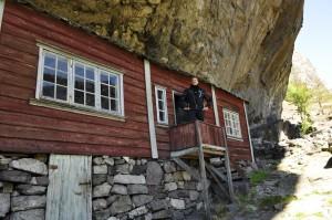 Husa under Helleren står godt beskytta mot vær og vind. Her har det trolig vært bosetning siden steinalderen. Veien mellom Egersund og Flekkefjord er spektakulær.