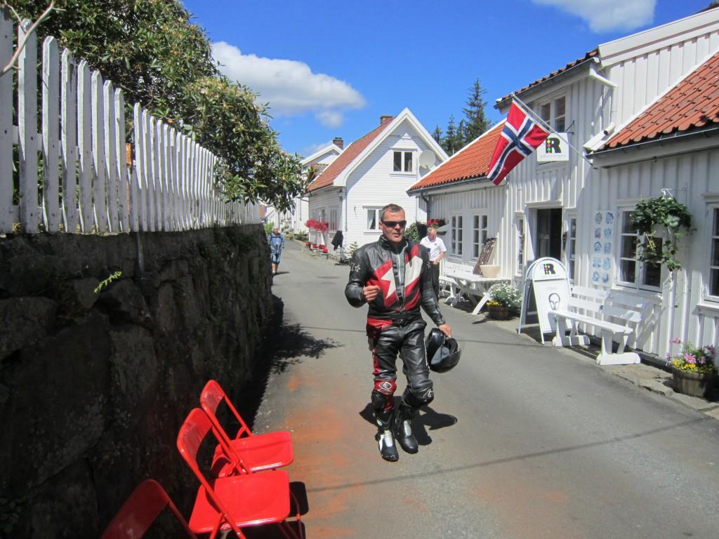 Alexander koser seg i Sokndalstrand. Lunsjen her er et av mange høydepunkt på turen.