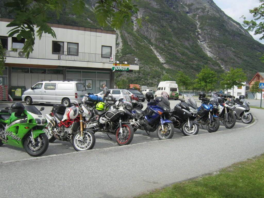 Syklene oppstilt foran Joker i Eidfjord. En god blanding av sykler.