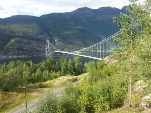 Hardangerbrua er Norges største hengebru, nær 1,4 km lang. Sightseeing på denne er gratis med motorsykkel.