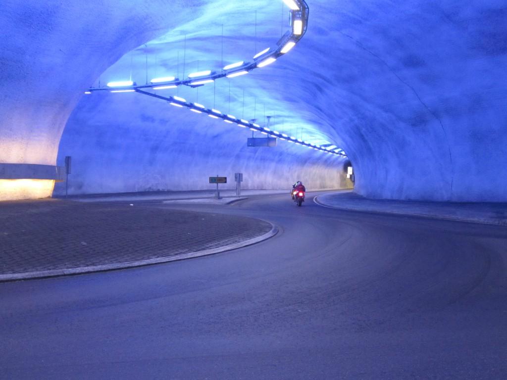 Et nettverk av tunneler er laget i forbindelse med Hardangerbrua. Disse er flott opplyst.