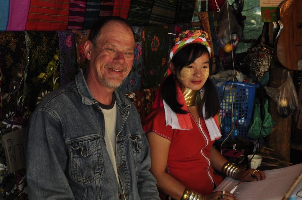 Vår nyvunne venn Per med en ung Kayaw-kvinne, som er pyntet etter alle kunstens regler.