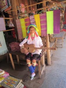 En ekte Kayaw-kvinne med lang hals og et for oss ukjent tradisjonelt instrument laget av blytungt treverk. Det veide mellom seks og åtte kilo.