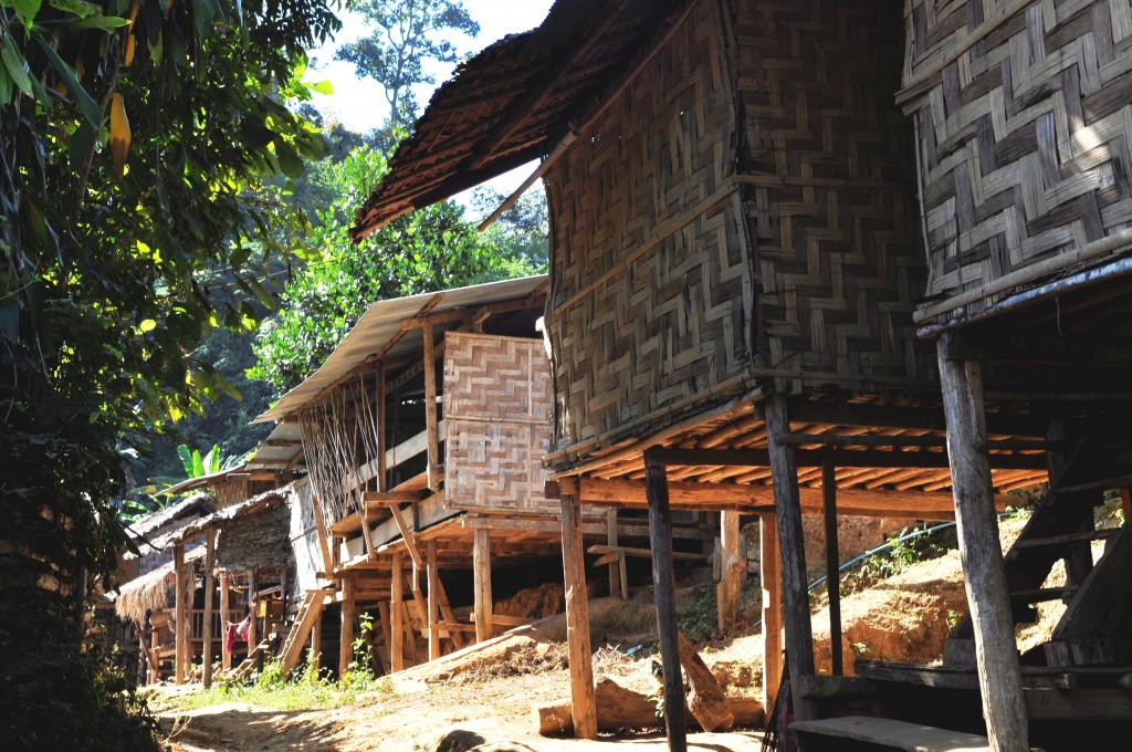 Hyttene I Kayawlandsbyen er enkle og fattigslige.