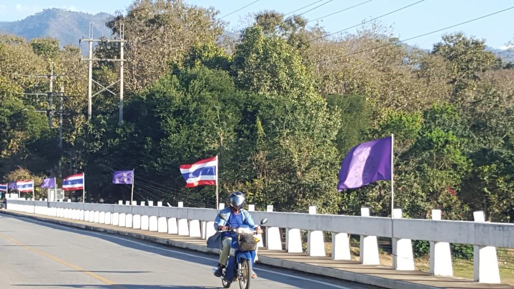 Siden prinsen skulle besøke området neste dag var mil etter mil av veien dit pynta med tusenvis av flagg. Overflødiggjør GPS slikt noe, men er veldig ressurskrevende på andre måter.