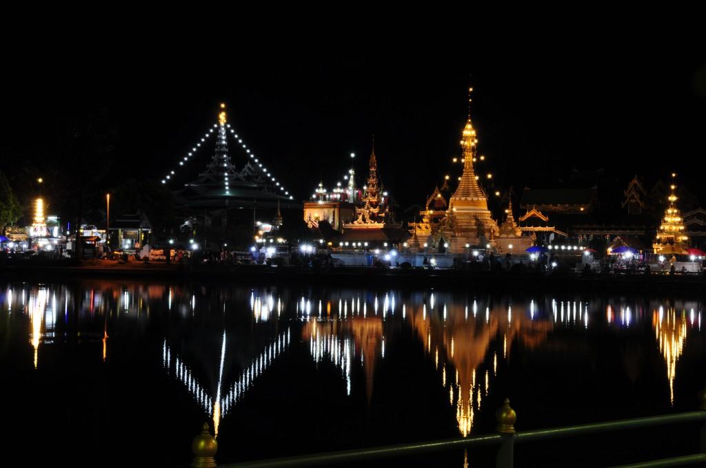 Dette tempelet er et skue, der det speiler seg i det lille vannet midt i Mea Hong Son, etter mørkets frembrudd.