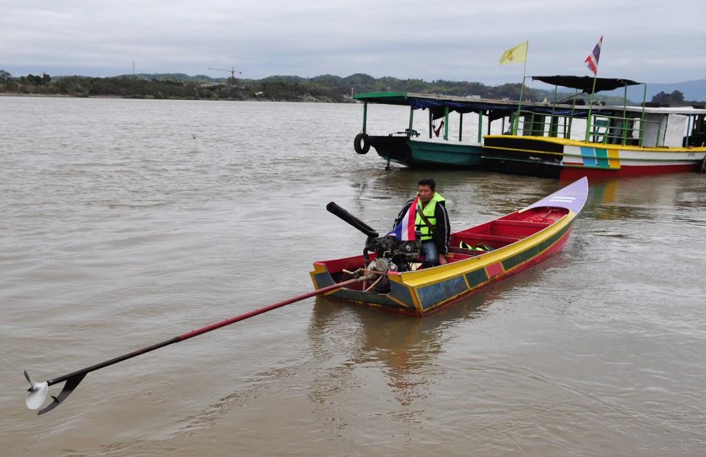 Longtailbåt på Mekongelva. Vi ba om den raskeste, og det gikk unna.