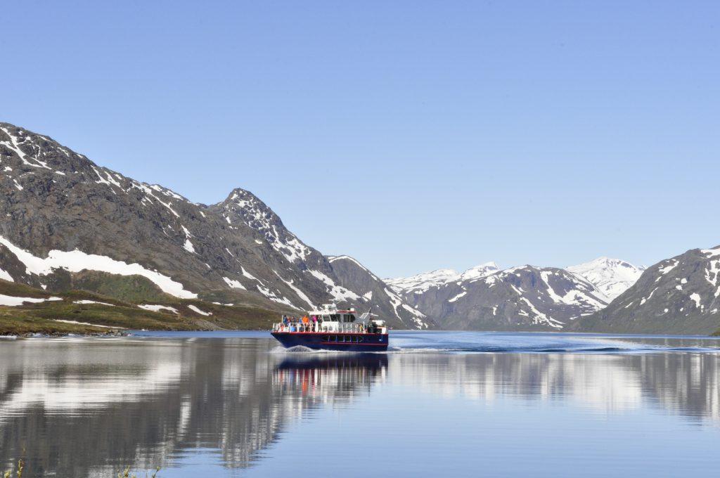 Båten frakter fotturister som skal gå over Besseggen