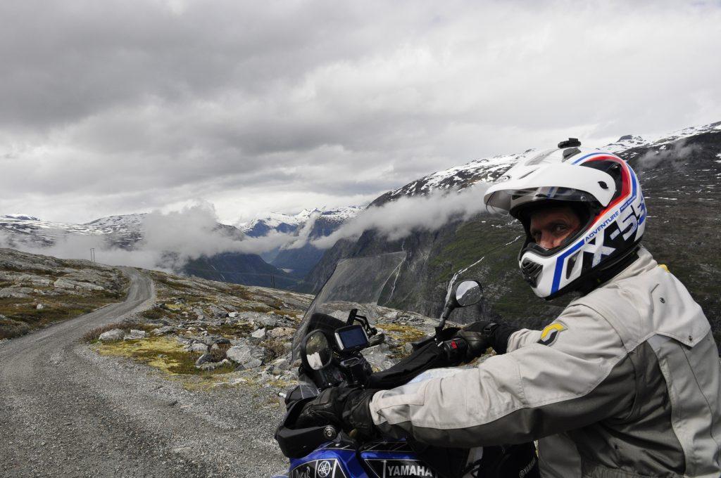 Trolsk utsikt mot Eikesdalsvannet. Tåkedottene henger fast i de bratte fjellsidene