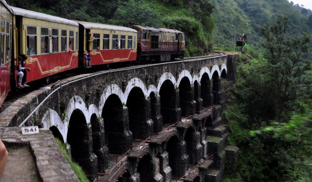 Himalayan Queen, på vei over en av 988 broer