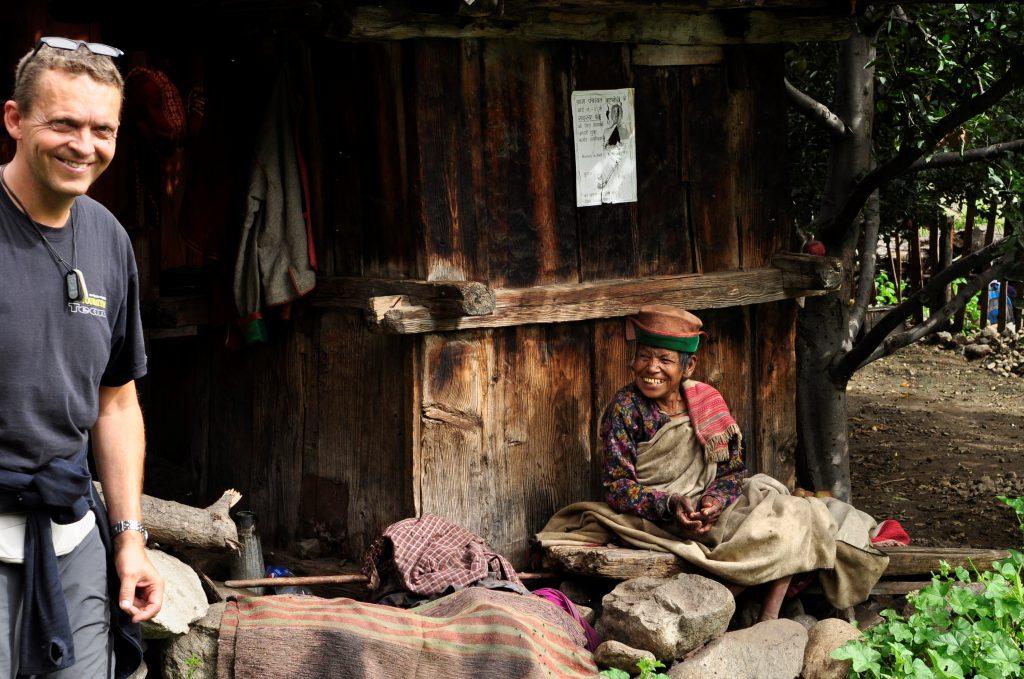 Vi besøker Basari landsbyen. Gamlemor blir glad for noen rupi
