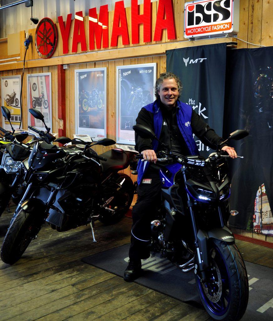 Jan Stormo daglig leder av Trio Motor & MC Teknikk poserer villig på den nye MT-09én