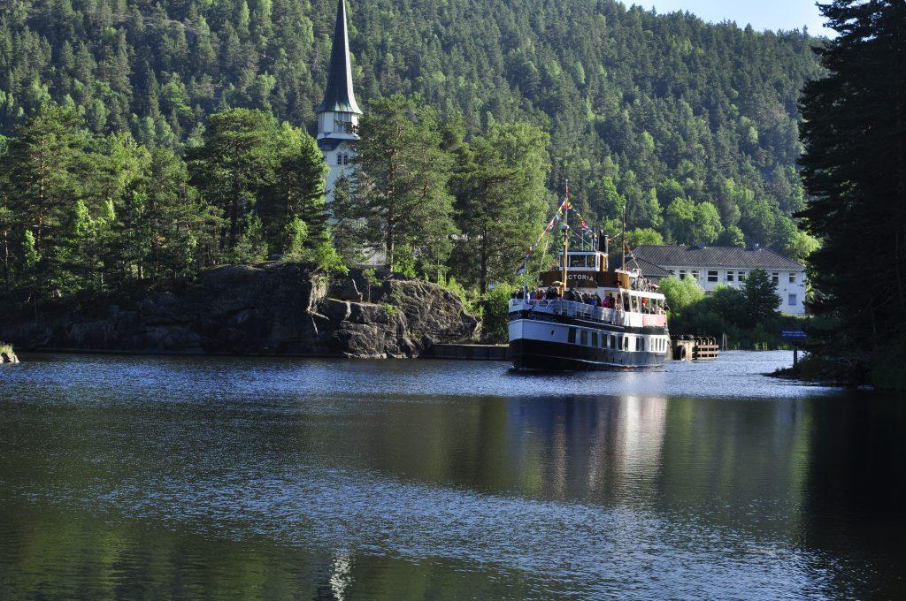 Det er morgen og Victoria kommer sigene oppover Telemarkskanalen. Vi følger samme ruta, men for oss går turen på svingete landeveier i et helt annet tempo.