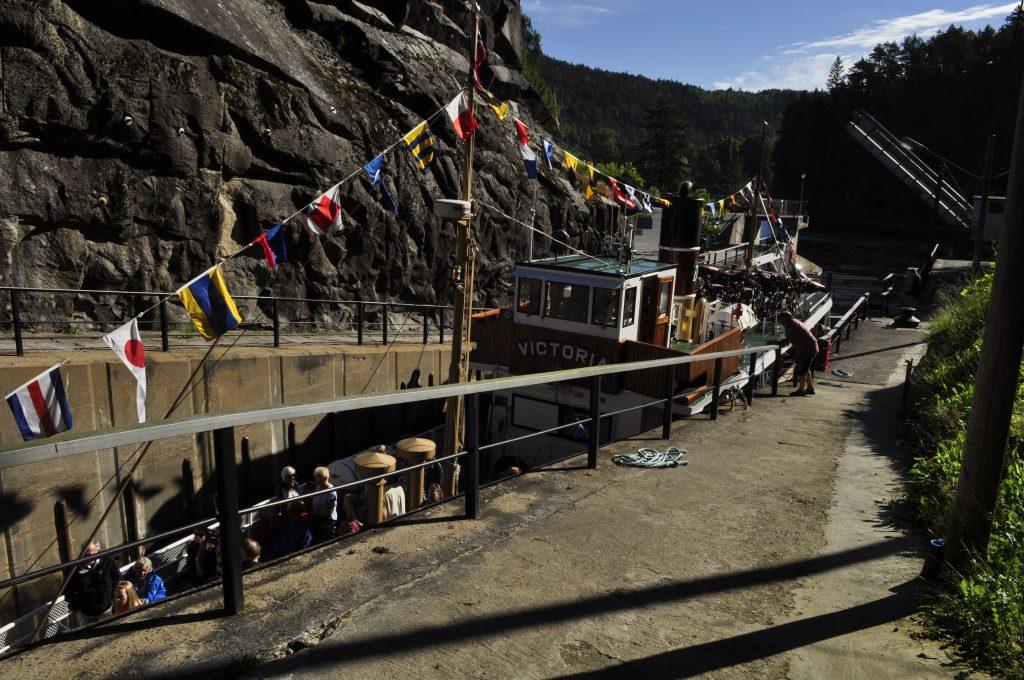 Victoria går inn i første av tre slusekammer ved Løveid. Løftehøyde er på 10 meter. Anlegget er en del av Norsjø-Skienskanalen, den eldste delen av Telemarkskanalen.