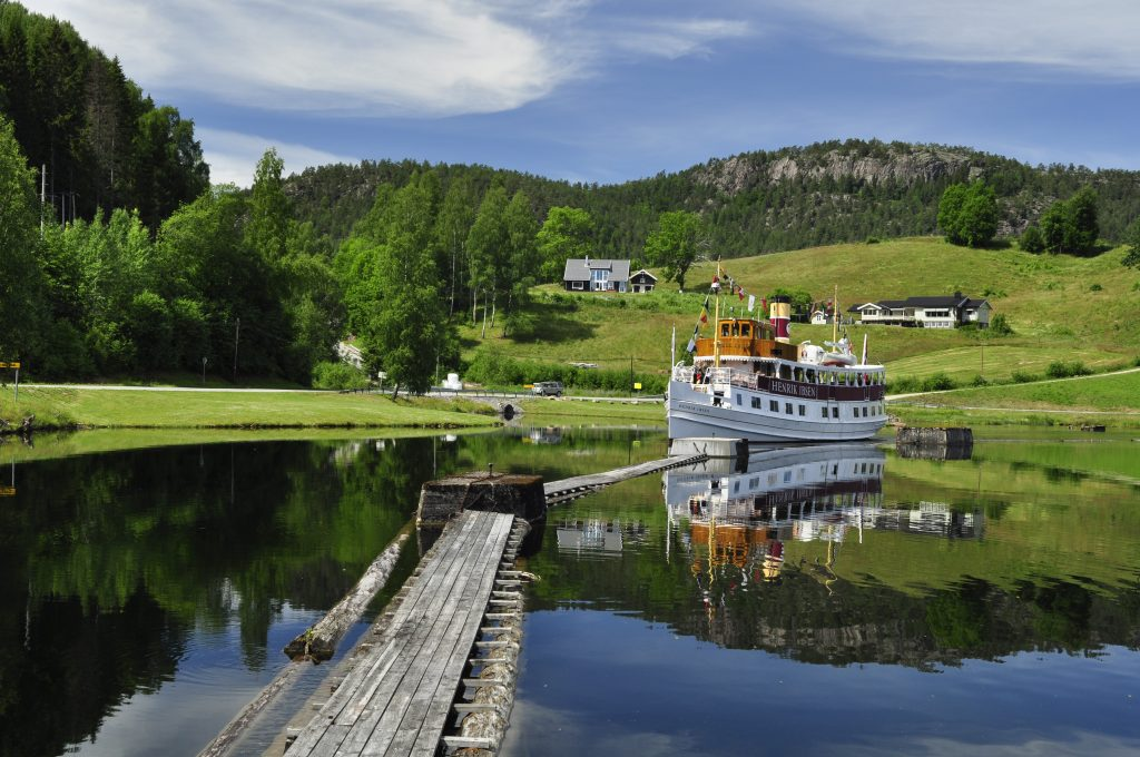 Henrik Ibsen. Båten er fra 1907 og seilte i den svenske skjærgården frem til 1992. Da ble den satt i drift på Telemarkskanalen i forbindelse med kanalens 100-årsjubileum.