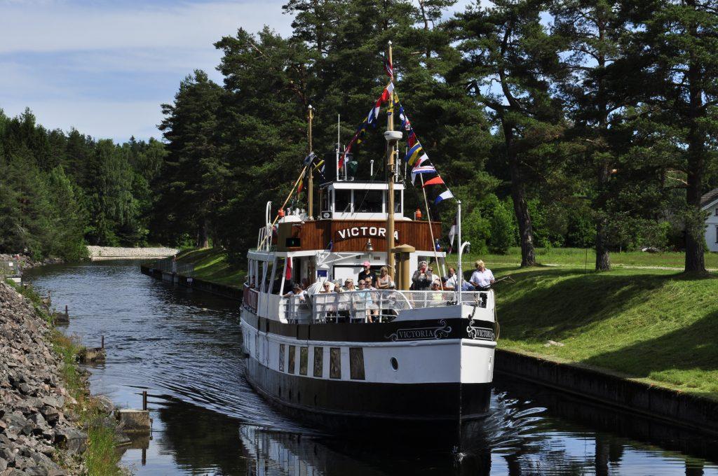 M/S Victoria er vår følgesvenn på denne turen. Båten var opprinnelig dampdrevet og i drift på kanalen allerede i 1882.