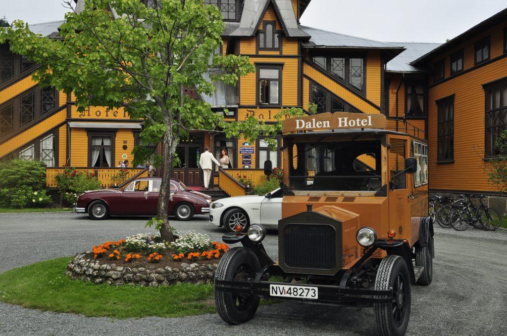 Dalen Hotell, som ligger øverst i Telemarkskanalen, er bygget med inspirasjon fra blant annet stavkirker og vikingtiden. Hotellet oppført i 1894. Turiststrømmen til Telemarkskanalen var allerede da økende. Ikke få konger og dronninger har overnattet på dette vakre hotellet.