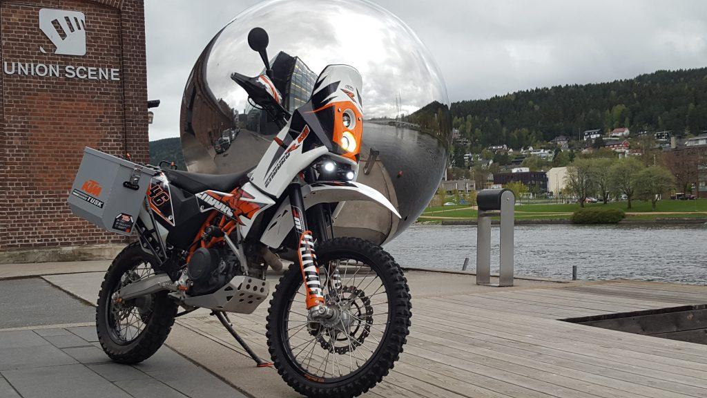 Prosjektet ferdig. Undertegnede er fornøyd, og sykkelen tiltrekker seg beundrere der motorsykkelinteresserte samles.