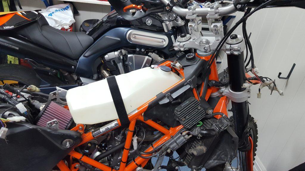 Originalt luftfilter er erstattet med KN filter. Dette gir plass for en ekstra bensintank på hele 6,2 liter. Tanken sitter godt beskyttet inne i ramma.