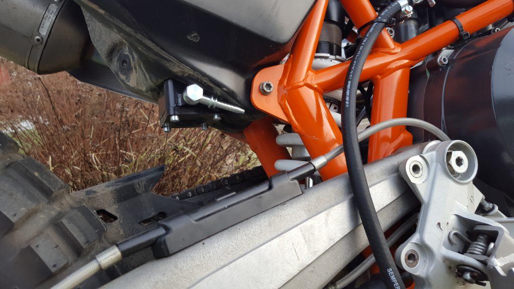 For å koble den ekstra tanken på medfølger en adapter som monteres på bensinpumpa.