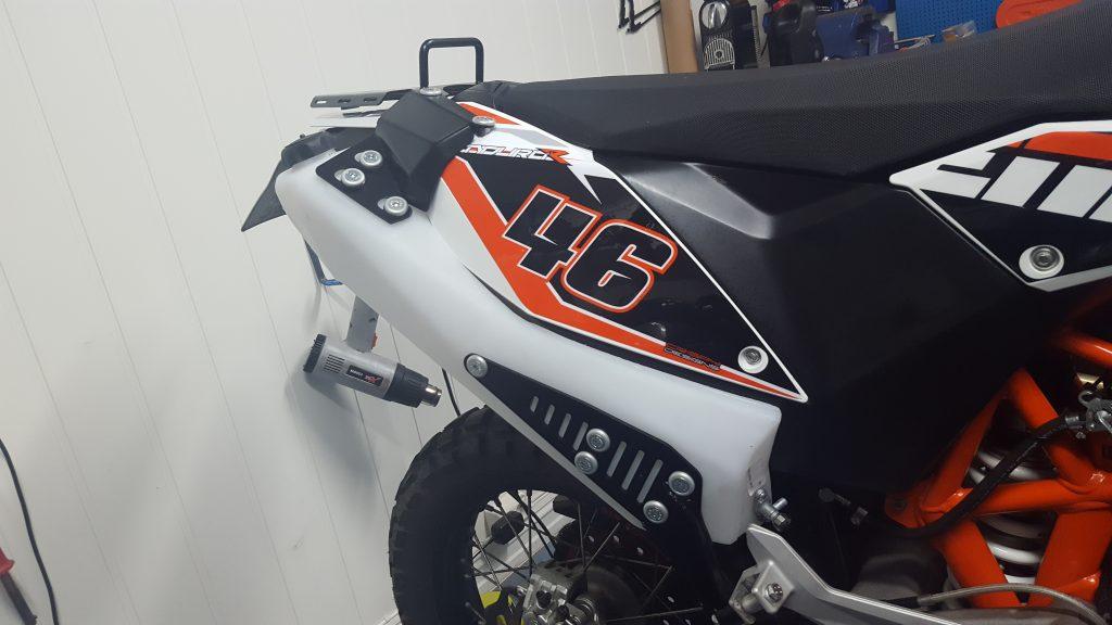 I tillegg til tanken der luftfilteret satt monteres en tank fra Rally Ride på 4,5 liter. Nå er sykkelens samlede tankvolum på ca. 23 liter.